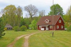 Κόκκινα σπίτι και προαύλιο Στοκ Εικόνες