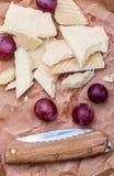Κόκκινα σταφύλια και θεραπευμένος τύπος manchego τυριών προβάτων στοκ φωτογραφίες με δικαίωμα ελεύθερης χρήσης