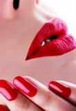 κόκκινα στιλπνά θηλυκά χείλια Στοκ Εικόνες
