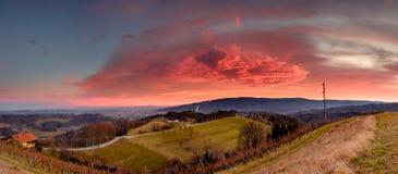Κόκκινα σύννεφα επάνω από Maribor στοκ εικόνες