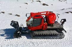 Κόκκινα ταξίδια Snowcat στο χιόνι Στοκ Εικόνα