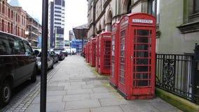 Κόκκινα τηλεφωνικά κιβώτια σε μια σειρά Στοκ Εικόνα