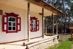 κόκκινα του χωριού Windows σπιτ&i Στοκ Εικόνες