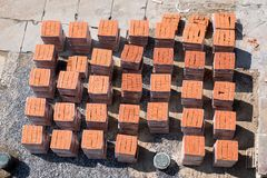Κόκκινα τούβλα που τοποθετούνται στις παλέτες έξω Στοκ Φωτογραφία