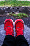 Κόκκινα τρέχοντας παπούτσια για τα άτομα Στοκ Φωτογραφίες