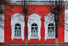 κόκκινα τρία Windows τοίχων Στοκ Εικόνες