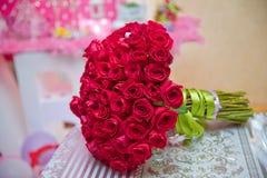 Κόκκινα τριαντάφυλλα ανθοδεσμών γαμήλιων λουλουδιών για τη ζωή Στοκ Εικόνες