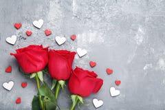 Κόκκινα τριαντάφυλλα με τις μικρές καρδιές στοκ φωτογραφίες