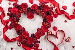 Κόκκινα τριαντάφυλλα στη μορφή της καρδιάς στοκ εικόνα με δικαίωμα ελεύθερης χρήσης