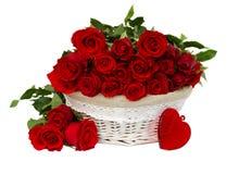 Κόκκινα τριαντάφυλλα στο καλάθι Στοκ φωτογραφία με δικαίωμα ελεύθερης χρήσης