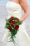 κόκκινα τριαντάφυλλα ανθοδεσμών εκμετάλλευσης νυφών Στοκ Φωτογραφίες