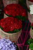 Κόκκινα τριαντάφυλλα ανθοδεσμών στο κατάστημα Στοκ Εικόνα