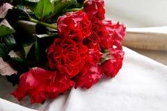 Κόκκινα τριαντάφυλλα για την ημέρα του βαλεντίνου στοκ εικόνα