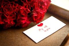 Κόκκινα τριαντάφυλλα για την ημέρα του βαλεντίνου στοκ εικόνες με δικαίωμα ελεύθερης χρήσης