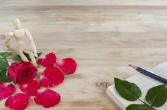 Κόκκινα τριαντάφυλλα για τις διακοπές στο ξύλινο υπόβαθρο aok Στοκ Εικόνες