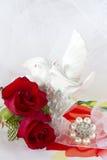 Κόκκινα τριαντάφυλλα και γαμήλια δαχτυλίδια Στοκ εικόνα με δικαίωμα ελεύθερης χρήσης