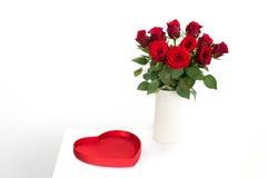 Κόκκινα τριαντάφυλλα με την καρδιά Στοκ φωτογραφία με δικαίωμα ελεύθερης χρήσης
