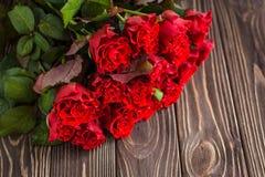 Κόκκινα τριαντάφυλλα σε ένα αγροτικό υπόβαθρο Στοκ φωτογραφία με δικαίωμα ελεύθερης χρήσης