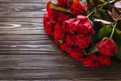 Κόκκινα τριαντάφυλλα σε ένα αγροτικό υπόβαθρο Στοκ Εικόνα