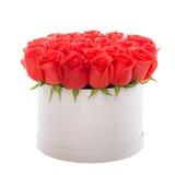 Κόκκινα τριαντάφυλλα στο άσπρο παρόν κιβώτιο πολυτέλειας Κιβώτιο λουλουδιών στοκ εικόνες με δικαίωμα ελεύθερης χρήσης