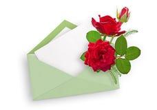 Κόκκινα τριαντάφυλλα στο φύλλο φακέλων και εγγράφου για το κείμενο το κόκκινο ανθοδεσμών αυξήθηκε Στοκ Εικόνες