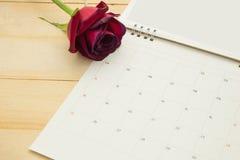 Κόκκινα τριαντάφυλλα τοπ άποψης και ημερολόγιο των FO σελίδων που τίθεται στο ξύλινο backgroun Στοκ Εικόνα
