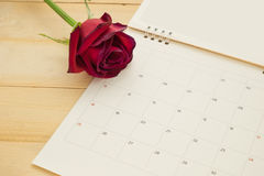 Κόκκινα τριαντάφυλλα τοπ άποψης και ημερολόγιο των FO σελίδων που τίθεται στο ξύλινο backgroun Στοκ Εικόνες