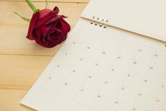 Κόκκινα τριαντάφυλλα τοπ άποψης και ημερολόγιο των FO σελίδων που τίθεται σε ξύλινο Στοκ Φωτογραφίες