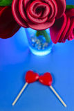 Κόκκινα τριαντάφυλλα υφάσματος με διαμορφωμένο καρδιά Lollipops Στοκ Φωτογραφίες