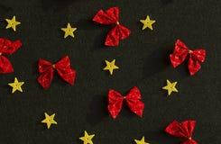 Κόκκινα τόξα και κίτρινα χρυσά αστέρια Στοκ Εικόνα