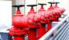 Κόκκινα υπαίθρια στόμια υδροληψίας πυρκαγιάς στοκ φωτογραφία με δικαίωμα ελεύθερης χρήσης
