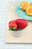 Κόκκινα φράουλες και κέικ Στοκ Φωτογραφία