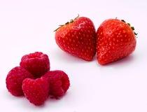 Κόκκινα φράουλα και σμέουρα στο άσπρο υπόβαθρο Στοκ Εικόνα