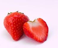 Κόκκινα φράουλα και σμέουρα στο άσπρο υπόβαθρο Στοκ φωτογραφία με δικαίωμα ελεύθερης χρήσης