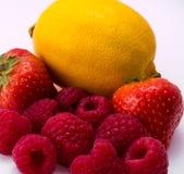 Κόκκινα φράουλα και σμέουρα στο άσπρο υπόβαθρο Στοκ εικόνα με δικαίωμα ελεύθερης χρήσης