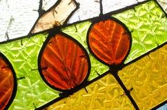 Κόκκινα φύλλα στο λεκιασμένο παράθυρο γυαλιού Αφηρημένη γεωμετρική ζωηρόχρωμη ανασκόπηση Στοκ Φωτογραφία