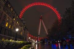 Κόκκινα φώτα του ματιού του Λονδίνου τη νύχτα από τους κήπους ιωβηλαίου Στοκ Φωτογραφίες