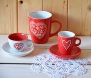 Κόκκινα φλυτζάνια για το τσάι ή τον καφέ Στοκ εικόνες με δικαίωμα ελεύθερης χρήσης
