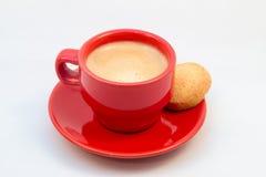 Κόκκινα φλυτζάνι και πιατάκι καφέ με τον καφέ και το μπισκότο Στοκ Φωτογραφίες