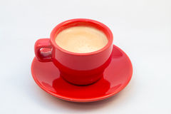 Κόκκινα φλυτζάνι και πιατάκι καφέ με τον καφέ Στοκ φωτογραφία με δικαίωμα ελεύθερης χρήσης
