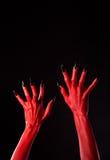 Κόκκινα χέρια διαβόλων με τα μαύρα καρφιά, πραγματική σώμα-τέχνη Στοκ φωτογραφία με δικαίωμα ελεύθερης χρήσης