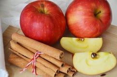 Κόκκινα χαριτωμένα μήλα και ραβδιά κανέλας τρόφιμα υγιή Στοκ Εικόνες