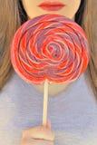 Κόκκινα χείλια και lollipop Στοκ φωτογραφίες με δικαίωμα ελεύθερης χρήσης