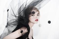 Κόκκινα χείλια φωτογραφιών μόδας τέχνης γυναικών μόδας πέπλων Στοκ Φωτογραφία