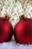 κόκκινα Χριστούγεννα δύο μπιχλιμπιδιών Στοκ Εικόνα