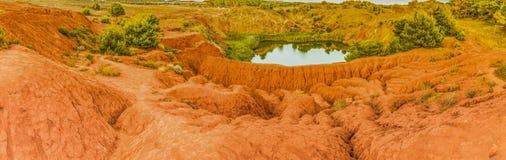 κόκκινα χώματα γύρω από τη λίμνη στο λατομείο βωξίτη Στοκ φωτογραφία με δικαίωμα ελεύθερης χρήσης
