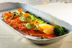 Κόκκινα ψάρια με το φρέσκο αγγούρι και διακοσμημένος με το λεμόνι στοκ φωτογραφία με δικαίωμα ελεύθερης χρήσης