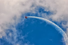 Κόκκινα biplane αεροσκάφη στο μπλε ουρανό Στοκ φωτογραφία με δικαίωμα ελεύθερης χρήσης