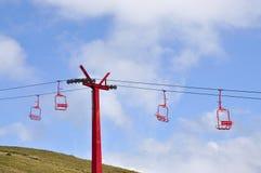 Κόκκινα chairlifts σκι στα θερινά βουνά στοκ εικόνα με δικαίωμα ελεύθερης χρήσης