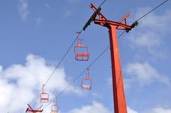 Κόκκινα chairlifts στο μπλε ουρανό στοκ φωτογραφίες με δικαίωμα ελεύθερης χρήσης